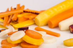 Zanahorias amarillas, blancas, anaranjadas, rojas crudas foto de archivo libre de regalías