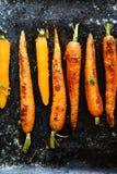 Zanahorias asadas con las especias en una bandeja de la hornada Fotos de archivo libres de regalías