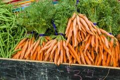 Zanahorias cavadas frescas anaranjadas en el mercado Fotos de archivo