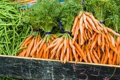 Zanahorias cavadas frescas anaranjadas en el mercado Foto de archivo