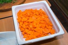 Zanahorias cortadas en una placa blanca Concepto de cocinar Imágenes de archivo libres de regalías