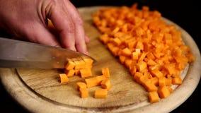Zanahorias cortadas por el cuchillo almacen de metraje de vídeo