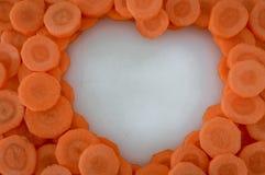 Zanahorias cortadas que hacen una forma del corazón imagen de archivo libre de regalías