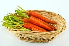 Zanahorias de bebé en cesta Foto de archivo libre de regalías
