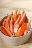 Zanahorias de bebé frescas en un plato de porción imagenes de archivo