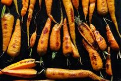 Zanahorias de la carne asada en la bandeja negra foto de archivo