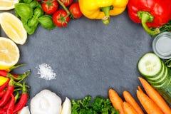 Zanahorias de los tomates de la colección de las verduras que cocinan la pizarra de los ingredientes Fotografía de archivo