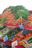 Zanahorias del mercado de los granjeros y vegtables frescos Foto de archivo