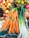 Zanahorias ecológicas, puerros manzanas Imagenes de archivo