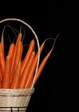 Zanahorias en una cesta Imagen de archivo libre de regalías