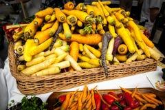 Zanahorias en una cesta en una feria Fotografía de archivo
