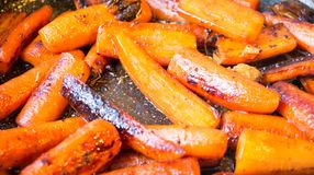 Zanahorias esmaltadas en un sartén Imagenes de archivo