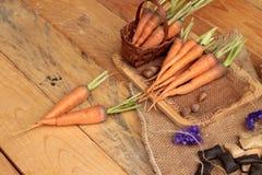 Zanahorias frescas en el fondo de madera Foto de archivo libre de regalías