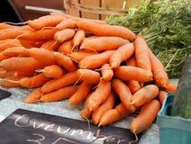 Zanahorias frescas en un mercado local Fotografía de archivo