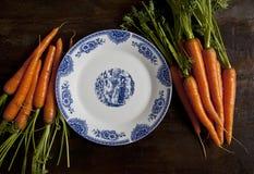Zanahorias hechas en casa y placa blanca foto de archivo