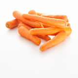 Zanahorias jovenes frescas en el fondo blanco Fotografía de archivo libre de regalías