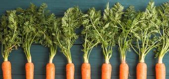 Zanahorias maduras en fondo de madera imagen de archivo libre de regalías