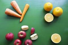 Zanahorias, naranja y manzana - mezcla de frutas Imagen de archivo