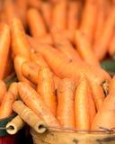 Zanahorias orgánicas en cesta Imágenes de archivo libres de regalías