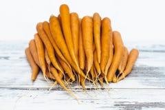 Zanahorias orgánicas en la tabla de madera Fotografía de archivo libre de regalías
