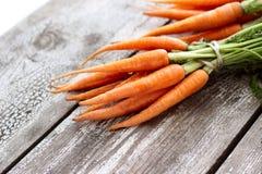 Zanahorias orgánicas frescas en el fondo de madera, foco selectivo Imagenes de archivo