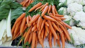 Zanahorias orgánicas frescas en el mercado local: Lyon, Francia Imagenes de archivo