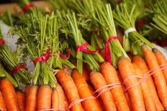 Zanahorias para la venta en tienda Fotografía de archivo