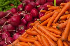 Zanahorias y remolachas en el mercado turco Imagenes de archivo