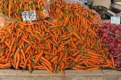 Zanahorias y remolachas en el mercado turco Imágenes de archivo libres de regalías