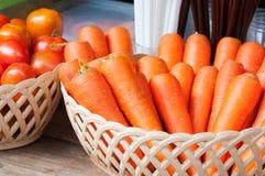 Zanahorias y tomate frescos en cesta fotografía de archivo libre de regalías