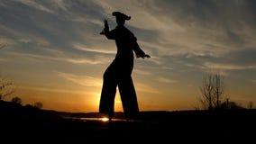 Zanco Walker Dancing en la puesta del sol Buena demostración almacen de video