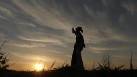 Zanco Walker Dancing en la puesta del sol Demostración asombrosa Acción en la cámara lenta almacen de video