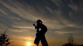 Zanco Walker Dancing en la puesta del sol Demostración asombrosa Acción en la cámara lenta almacen de metraje de vídeo
