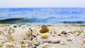 Zand adn stenen op overzeese strandachtergrond royalty-vrije stock foto