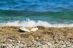 Zand, blauwe overzees en witte pantoffels Stock Foto
