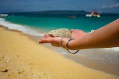 Zand in de handen van meisjes royalty-vrije stock foto