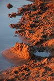 Zand door de rivier bij zonsondergang royalty-vrije stock foto's