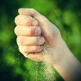 Zand in een Hand Stock Foto