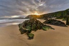 Zand en oceaan bij zonsondergang, aard Stock Foto