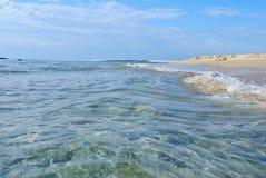 Zand en overzees in de zomerdag Royalty-vrije Stock Foto's