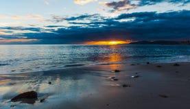 Zand en rotsen in Sardinige bij zonsondergang stock foto's