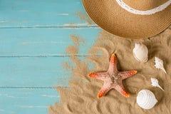 Zand en shells op de houten vloer van het blauw Royalty-vrije Stock Afbeeldingen