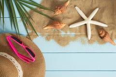 Zand en shells op de houten vloer van het blauw Royalty-vrije Stock Foto's
