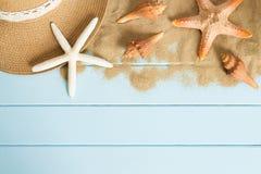 Zand en shells op de houten vloer van het blauw, de zomerconcept Royalty-vrije Stock Foto