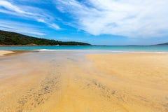 Zand en turkoois oceaanwater met vastgelegd jacht royalty-vrije stock foto