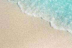 Zand en water op het zandige strand stock foto's