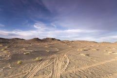 Zand en wegen over de woestijn Stock Afbeeldingen