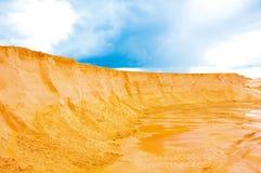 Zand het grijnzen bergen in de steengroeve in de zomer Uitgravingen, extreme reis en de Afrikaanse zomer stock fotografie
