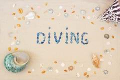 Zand op het strand in de zomer, de inschrijving die van shells op het zand duiken Vlak leg Hoogste mening royalty-vrije stock fotografie