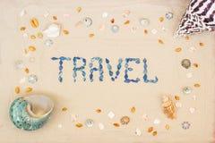 Zand op het strand in de zomer, de inschrijvingsreis van shells op het zand Vlak leg Hoogste mening stock fotografie